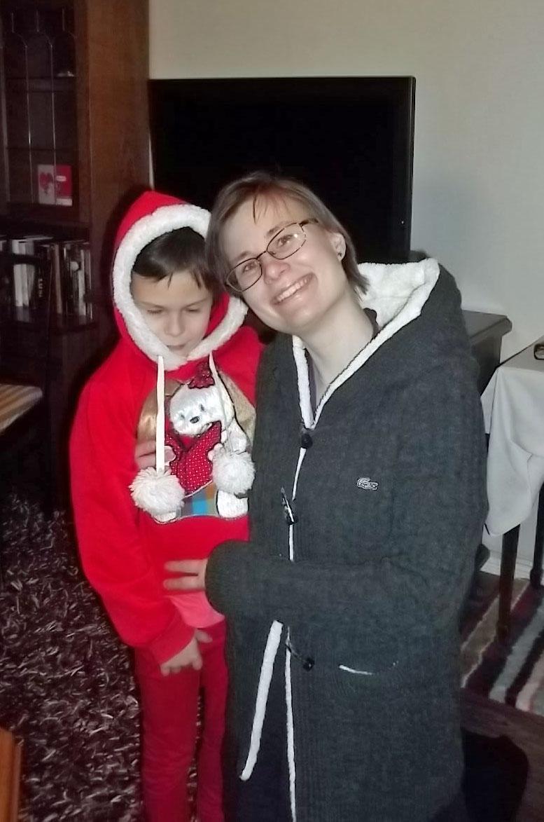 3. Jag och Kaspian med julklappströjor.JPG